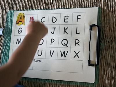 recoller des lettres de magazines sur un alphabet