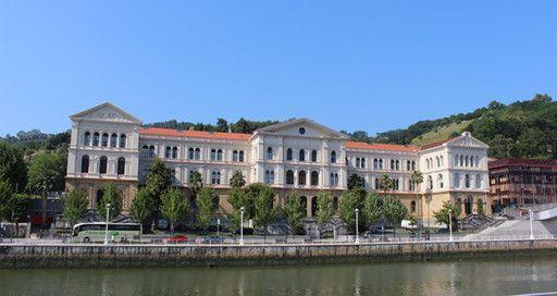 Como en una ocasión dijo un escritor bilbaino, para conocer mejor Bilbao hay que ir mirando hacia arriba y descubriremos edificios que muchos bilbainos des