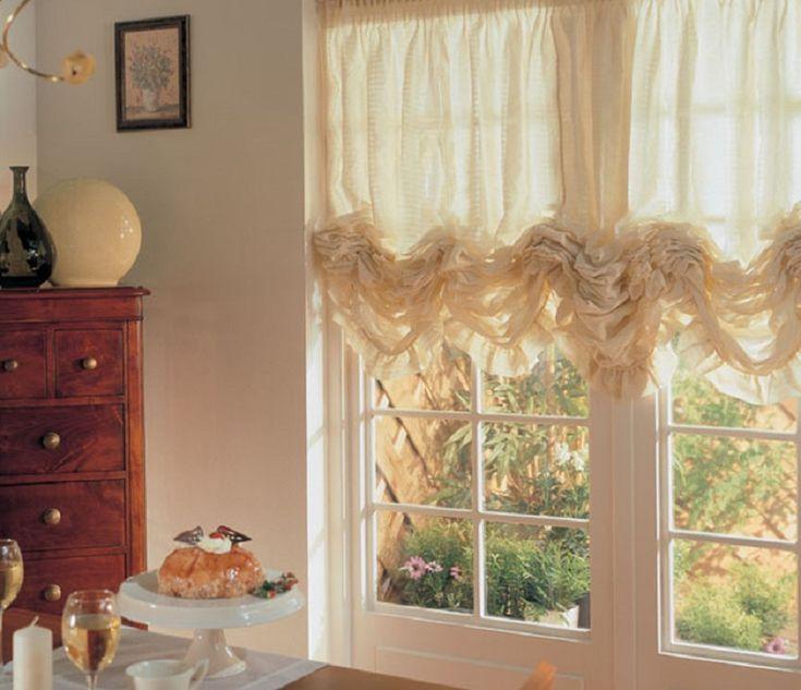 Вариант для просторных или совмещенных со столовой кухонь. Яркой особенностью французских штор являются объемные, пышные складки. Длина этих штор может варьироваться от четверти окна и ниже.