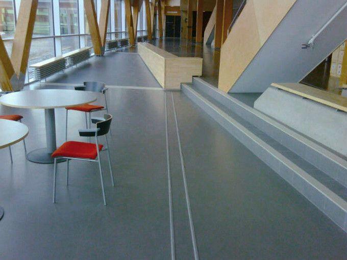 Linnéuniversitetet - med Weber Designgolv. 1000 kvm är belagt med weber.floor 4650 Duro Colour G40 Warm grey.  Ytbehandlad med Flowcrete PU lack matt.