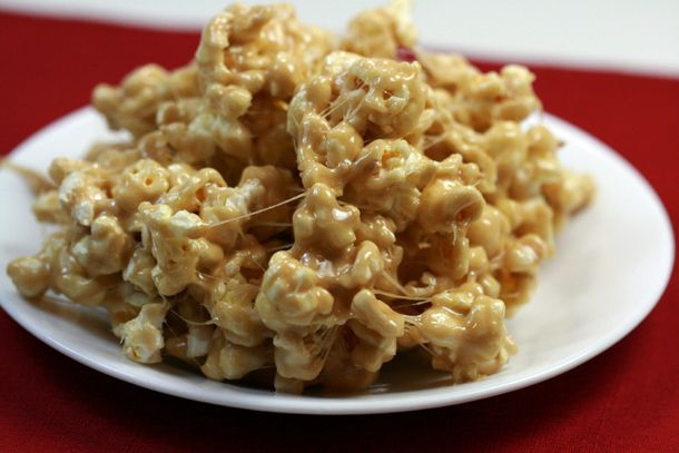 Easy caramel marshmallow popcorn made from bag of microwave popcorn..want to try this for sure.