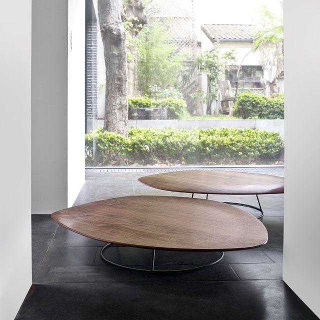 Tables basses pebble nathan yong cinna mobilier for Table basse triangulaire