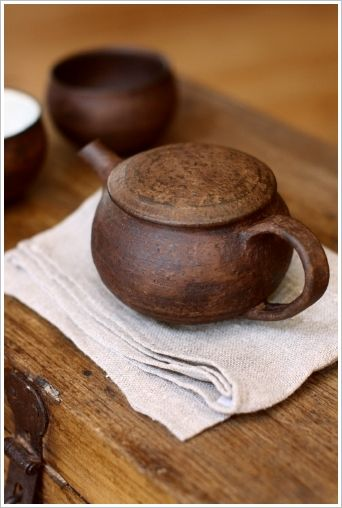 Beautiful clay tea pot http://touyanadun.exblog.jp/14062434/