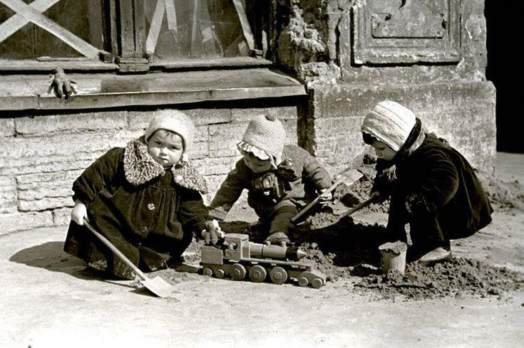 Дети играют на улице блокадного Ленинграда