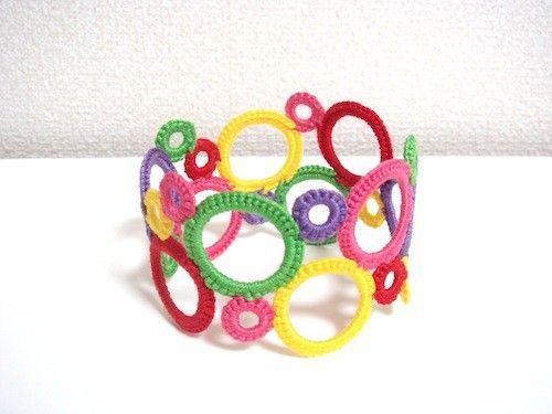 ◎こちらの商品は  りんご様オーダー品です。恐れ入りますが他の方はご購入をお控え下さい。◇◆かぎ針で編んだ大小のリングを繋げたバングル。ヴィヴィッドカラー5色...|ハンドメイド、手作り、手仕事品の通販・販売・購入ならCreema。