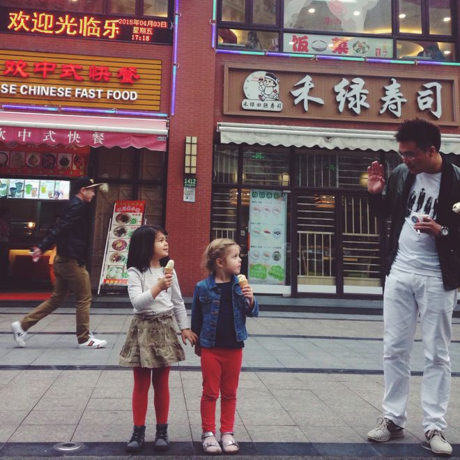 People watching and meeting the locals are some of the best ways to know and understand China, says suitcases&strollers mum Tatum Hawkins. Don't miss her truly insightful guide to her current hometown, Shanghai, at http://www.suitcasesandstrollers.com/interviews/view/china-with-kids-shanghai-insider?l=all #GoogleUs #suitcasesandstrollers #travel #travelwithkids #familytravel #familytraveltips #traveltips #Shanghai #China #hello #nihao #wave #makingfriends #BFFs #friendsforever