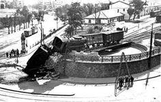 1950-es évek, Krisztina körút, Déli pályaudvar.A terméskő borítású, félkör alakú homlokfal tetején volt a mozdony-fordító. Ezen a képen azt láhatjuk, hogyan lehet ezt NEM rendeltetés-szerűen használni.