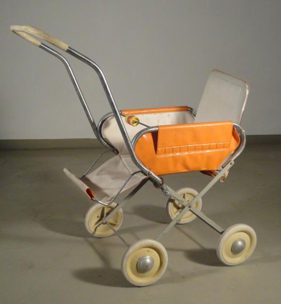la brocante des petits, les objets du monde des enfants: jouets, tricycles, trottinettes, poussettes, chaises ...
