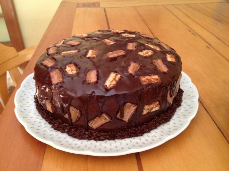 Torta de chocolate, mantequilla de maní y Nutella, cubierta con snickers