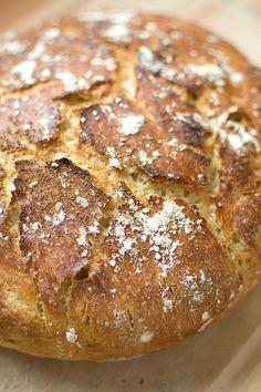 Finns det ett bättre sätt att börja helgen än med en lyxig frukost? På begäran från mina följare på Instagram kommer här ett recept på kalljäst bröd som du jäser i kylen över natten. Släng ihop på 5 minuter (max!) ikväll, baka ut på ett kick imorgon bitti och njut av en doft av nybakat …