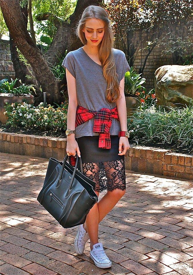 черная кружевная юбка с кедами