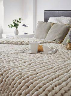 Detalle de colcha de lana blanca, tejida en punto grueso…