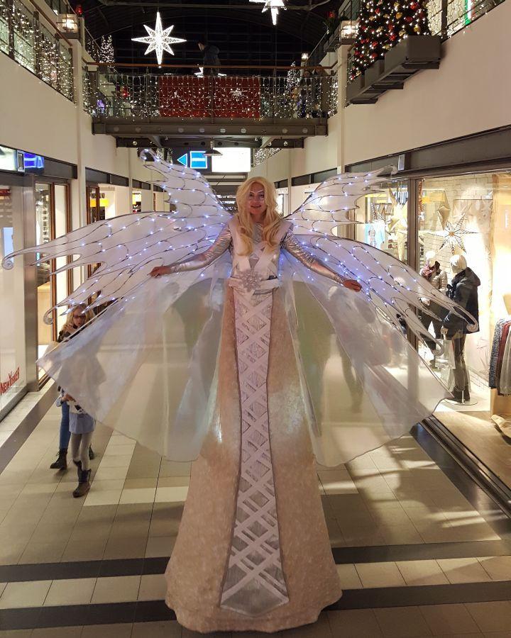 Ein Kostüm voller Glamour: Der Engel auf Stelzen als Attraktion im Einkaufscenter unterwegs. Der Walkact vom Stelzentheater Björn den Vil kann für Events aller Art gebucht werden.