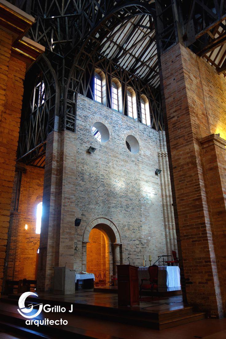 Catedral de Nuestra Señora de la Pobreza. Muros que definen el altar principal en ladrillo.