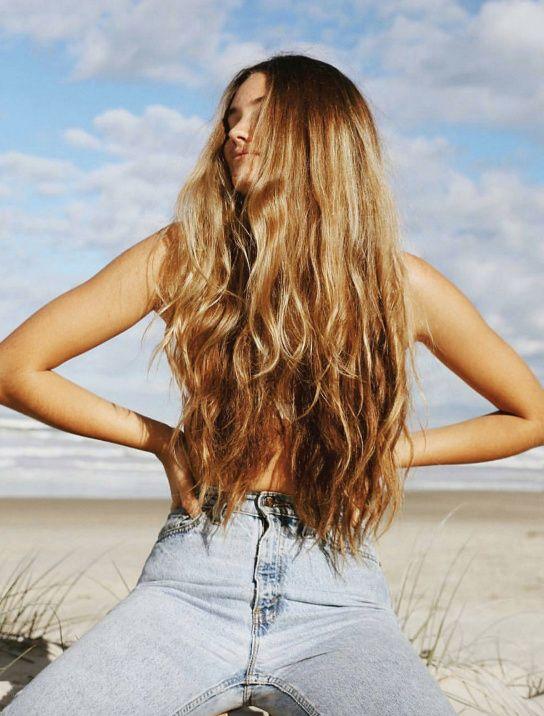 La chevelure subliment longue et dorée, l'ultime accessoire !