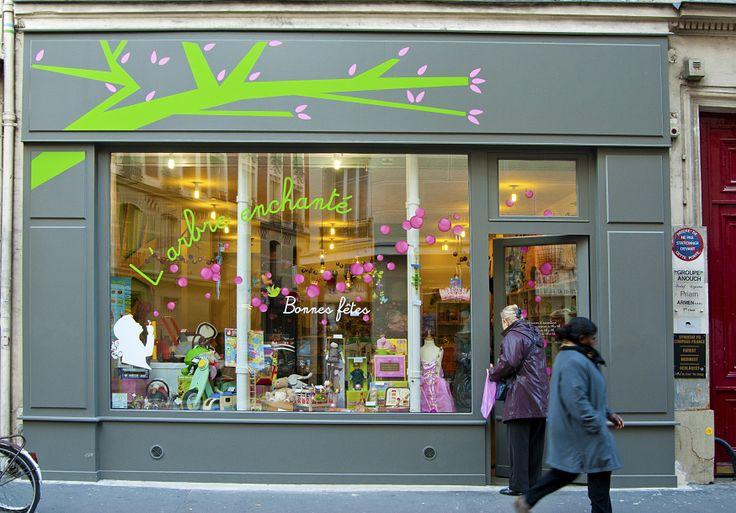 """La boutique """"l'Arbre Enchante"""" decoree par la SEMAEST lors des fetes de Noel  - © 2011 Pierre Ferbos"""