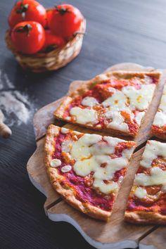 Preparare la #pizza in casa è un rito magico, ma se siete alla ricerca di un piatto ricco di fibre, maggiormente digeribile vi presentiamo la ricetta della pizza #integrale! ( #wholemeal #flour pizza) #Giallozafferano #recipe #ricetta #farina