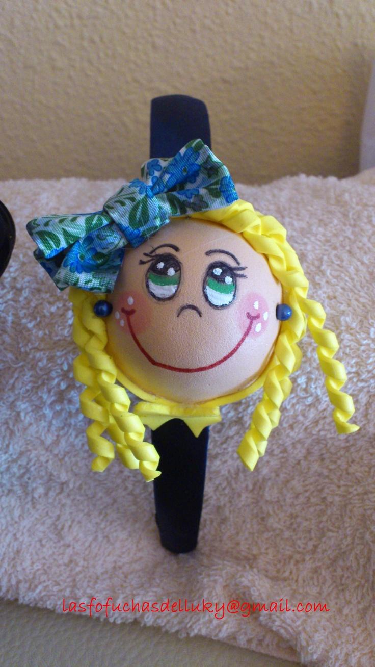 Diadema fofucha niña pelo rubio y rizado y lazo flores azules/Fofucha doll hairband girl with curly and blond hair and blue bow with flowers