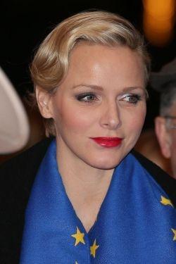 Charlene van Monaco ging voor een sprankelende schoonheid look voor een echts in het circus met rode lippenstift en oogschaduw shimering op 22 januari 2013.