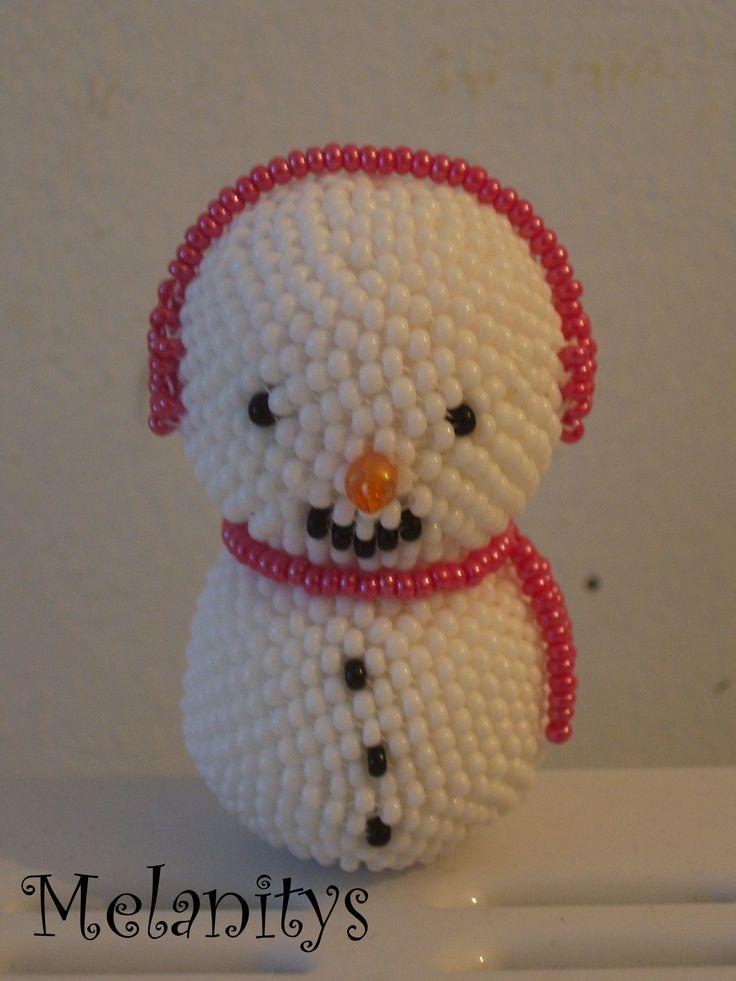Bonhomme de neige du livre Personnages en perles de Murielle Bonnelles.