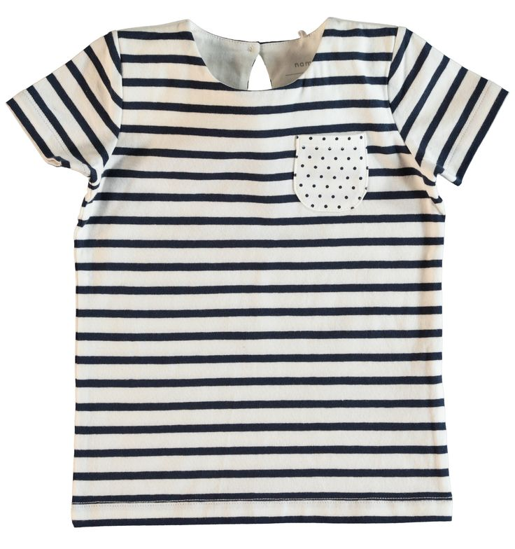 Meisjes tshirt NITFANNY van het kinderkleding merk Name-it  Dit is een blauw met wit gestreepte tshirt, voorzien van een korte mouw. De shirt heeft een wit borstzakje met blauwe stippen. Met een ronde hals en een knoop sluiting op de rug.