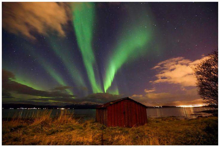 Aurora Borealis over Kvaløya sett fra naustet i Robukta.