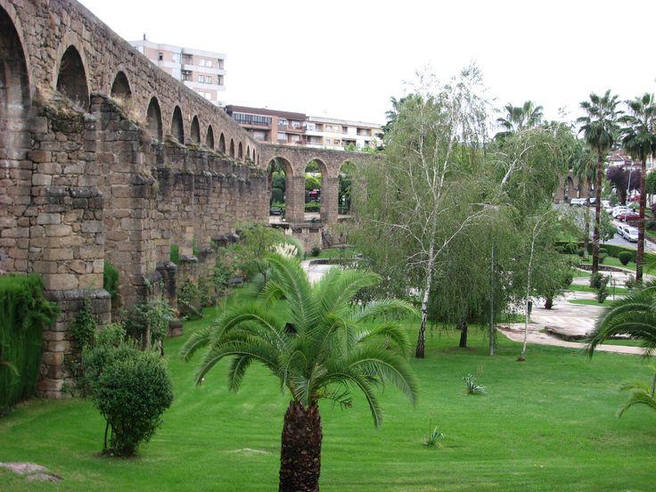 Otra imagen del Acueducto de Plasencia, en el Parque de San Antón donde se conserva la mayor parte del mismo, 52 arcos. Se le conoce como los Arcos de San Antón. Tiene una longitud de 300 metros y una altura máxima de 18 metros.