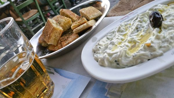 Tzatziki and bread with oregano and olive oil: a good meze!