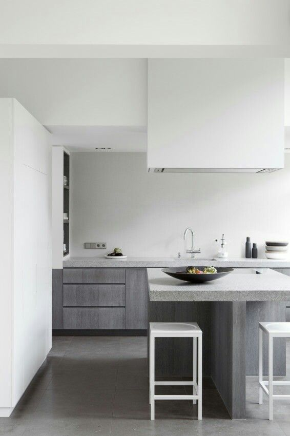 reforma cocina moderna, con muebles madera, isla para placa de cocción y barra, encimera de granito. presupuestON.com