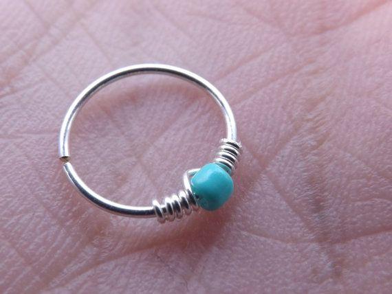 * Cette liste est pour un 22g, cerceau Sterling Sliver avec une petite perle turquoise  * Tous mes anneaux ont été soigneusement déposés et polis donc il ny a pas de bords tranchants.  * Ce cerceau est idéal pour les piercings tragus, cartilage, nez, spectre, helix et anneau de sourcil  Cueillette de votre taille - 6MM sont plus souvent utilisé pour les piercings du cartilage oreille, 7MM et 8MM pour les piercings du nez, du cartilage et anneaux de sourcil et 9MM pour les piercings de la…
