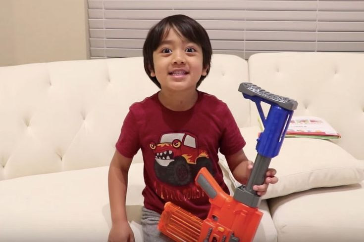 Hrať sa shračkami adostávať za to kráľovsky zaplatené? Tak presne to je prípad iba 6-ročného Ryana. Mladý YouTuber, ktorého kanál Ryan ToysReview vznikol vroku 2015, dnes zarába milióny. Ako sa vôbec knatáčaniu videí dostal? Často na YouTube sledoval iné deti, ako rozbaľujú akomentujú rôzne hračky. Následne svojej