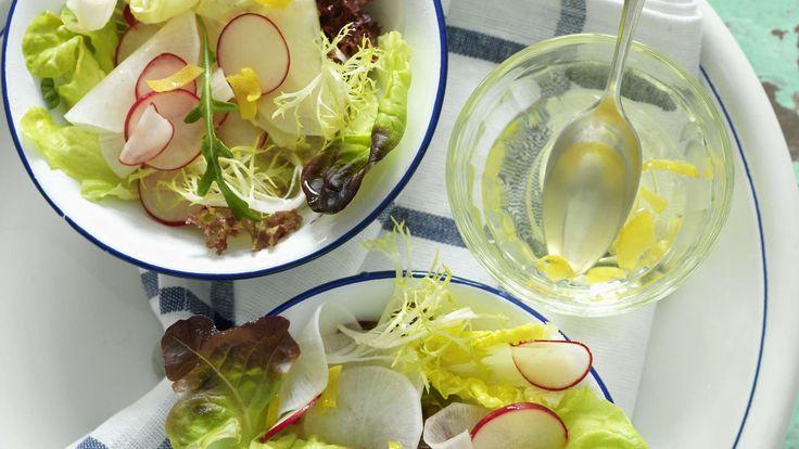 Diese vegetarische Vorspeise schmeckt nicht nur im Frühling: Bierrettich und Radieschen an Blattsalatgarnitur mit frischem Senf-Zitronen-Dressing.