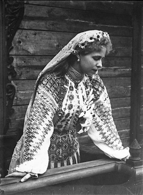 regina Maria purtand ie - Queen Marie of Romania wearing a traditional blouse: