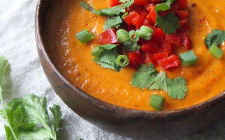 Wanneer het buiten kouder wordt is er niets lekkerder dan het eten van een heerlijk warm soepje. Deze zoete aardappel – paprika soep is zoet, maar door de toevoeging van chili poeder krijgt het toch een beetje meer pit. Wist je dat zoete aardappels hartstikke goed zijn voor je gezondheid? Ze barsten van de goede …