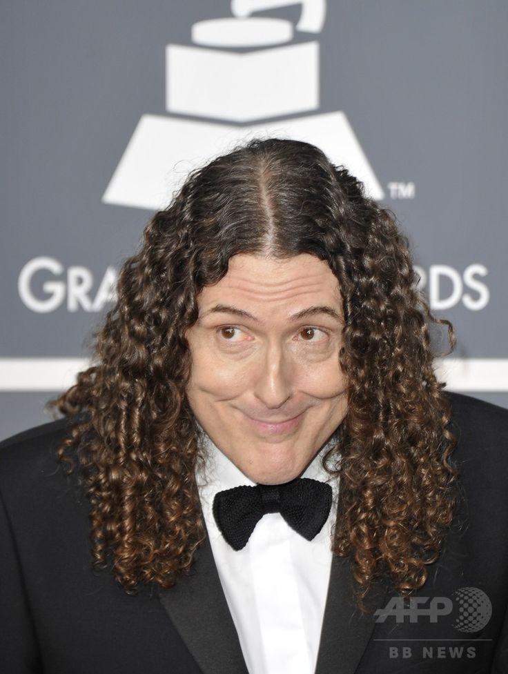 米ロサンゼルス(Los Angeles)のステイプルズ・センター(Staples Center)で開催された、第54回グラミー賞(Grammy Awards)授賞式の会場に到着した、歌手のアル・ヤンコビック(Weird Al Yankovic、2012年2月12日撮影)。(c)AFP/Joe KLAMAR ▼27Jul2014AFP|アル・ヤンコビック、パロディーアルバムでビルボード1位獲得 http://www.afpbb.com/articles/-/3021521 #Weird_Al_Yankovic