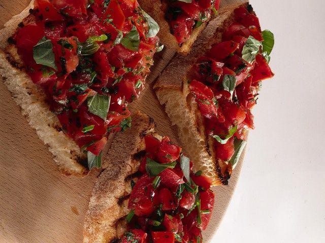 Bruschetta classica alle erbe : Scopri come preparare questa deliziosa ricetta. Facile, gustosa e adatta ad ogni occasione. Questo pane, pizze e derivati ha un tempo di preparazione di 15 minuti.