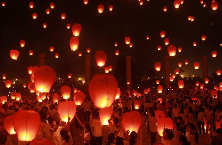 Warga melepas lentera-lentera kertas dalam festival menyambut musim gugur di Yichun, Jiangxi, China.