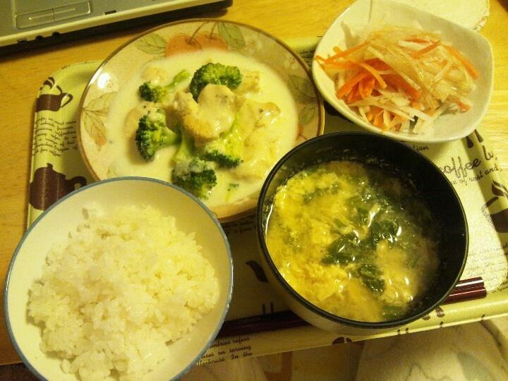 ごはん、蕪の葉とたまごのスープ、とり肉とブロッコリーのミルク煮込み、大根と人参のサラダ