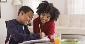 Jogos que ensinam as crianças a socializar. Adquirir habilidades sociais é parte essencial da educação de uma criança. Ao utilizar tempo em sala de aula para realizar atividades que encorajem e desenvolvam as habilidades de socialização, educadores podem oferecer a seus alunos a oportunidade de aprenderem adequadamente essas habilidades de interação. Com um pouco de criatividade, jogos de ...