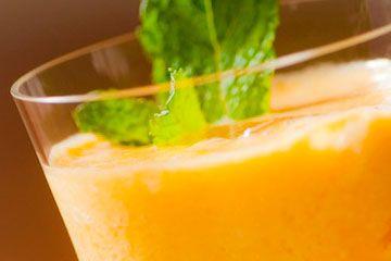 Caipirinha de Cajá  50g de polpa natural de cajá    50ml de vodca    Açúcar ou adoçante a gosto    Gelo a gosto