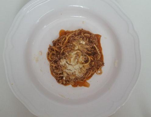 Für die Zucchini-Nudeln mit Bolognese die Zucchini schälen und mit einem Julienneschneider in Streifen schneiden, diese ergeben dann die Nudeln.