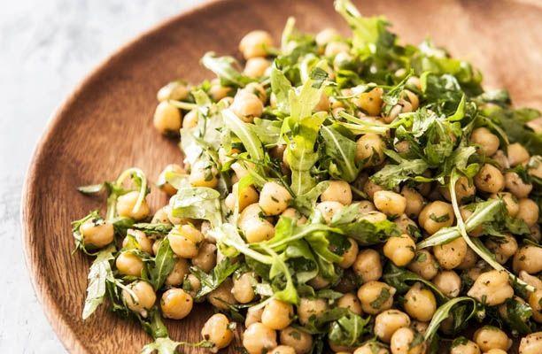 Månedens kogebog i august måned hedder Sunde Salater og er proppet med sunde, smagfulde og mættende salater. Få opskriften på en smagfuld og lækker kikærtesalat ...