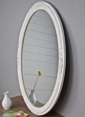 Ovaler Spiegel mit einem tollen Rahmen. Eher schlicht aber mit kleinen Verzierungen.