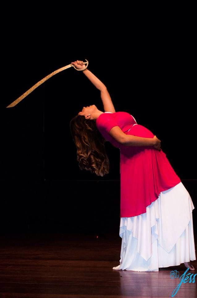 Dança do ventre, dança com espada. Gestante