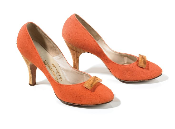 Apricot woven straw with faux bamboo heels and bow. Mademoiselle. USA  (ca. 1955)