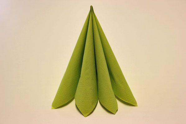 Servietten falten vierfacher Tafelspitz Schritt 2