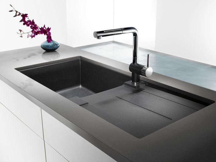 Évier en Silgranit ultra-résistant aux taches, à la chaleur et aux égratignures offrant un égouttoir intégré vous permettant d'agrandir l'espace de travail.