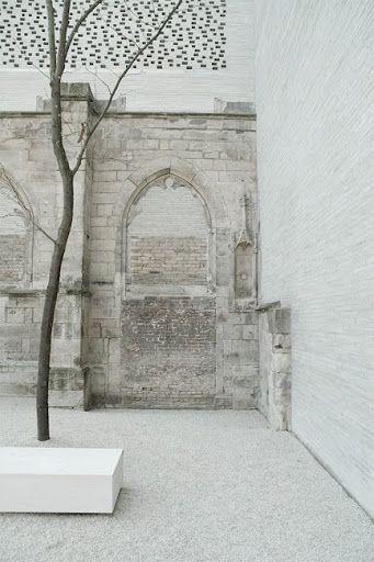 Combinación de piedras en patio interno. Kolumba Museum — Peter Zumthor