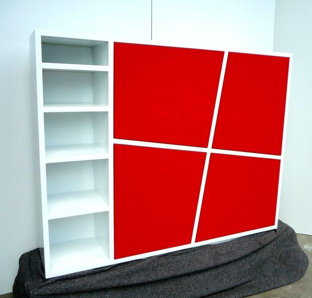 design kast met scheve rode deuren