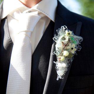 Bruidegomcorsage van lijmdraden